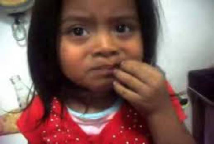 Padre obliga a su hija de seis años a comer cucarachas